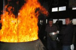 イチローズモルトセミナー 樽の中に焼きを入れる